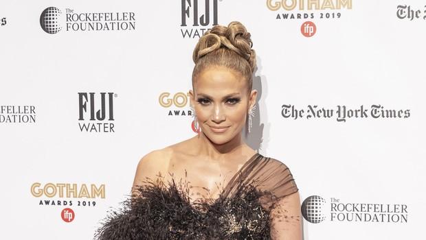 Pnevmatična Jennifer Lopez navdušila v opravi, ki bo hit poletja, v kombinezonu z vročimi hlačkami! (foto: Profimedia)