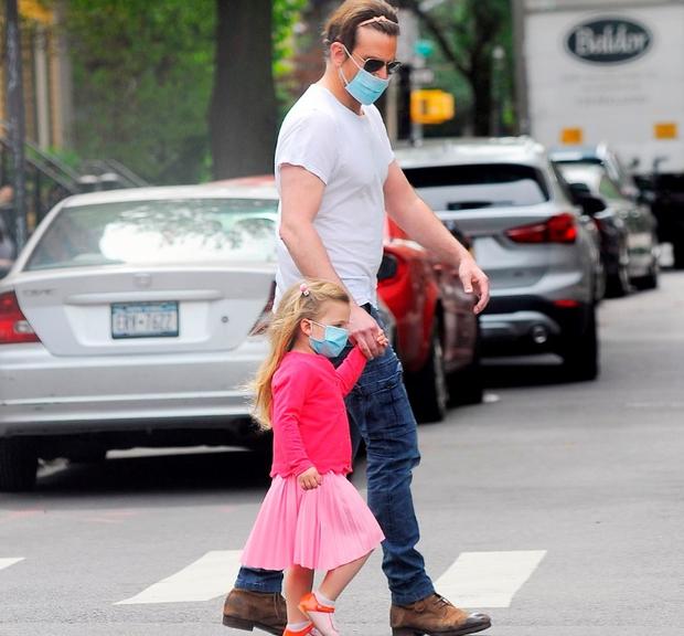 Poglejte si ljubek prizor Bradleyja Cooperja in njegove lepe hčerke, na ulicah so se vsi ozirali za njima (foto: Profimedia)