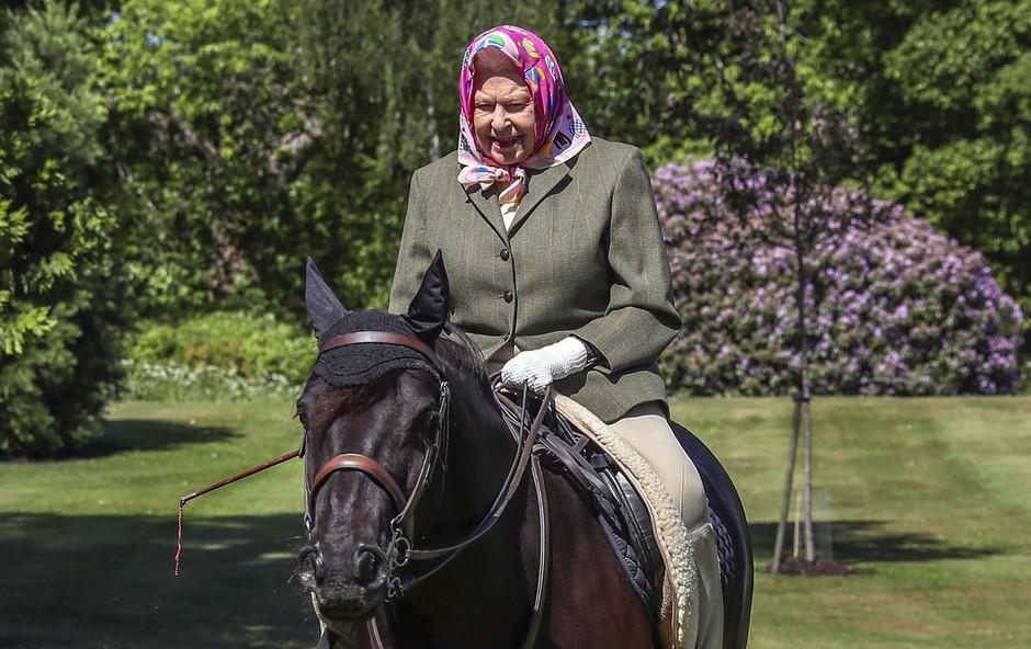 Kraljica Elizabeta II. se je prvič po 10 tednih pojavila v javnosti in pokazala, kdo ima vajeti v rokah (foto: Profimedia)