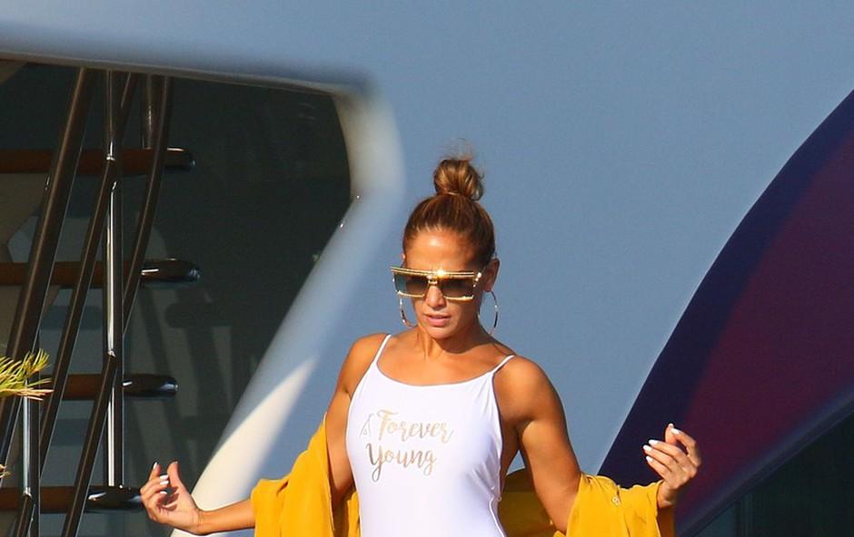Jennifer Lopez v oprijetih pajkicah pokazala svojo izklesano zadnjico in navdušila oboževalce (foto: Profimedia)