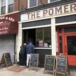 Bari in restavracije ostajajo zaprti, Newyorčani si hrano in pijačo lahko odnesejo le s seboj. (foto: Foto: Osebni Arhiv)