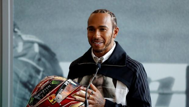 Lewis Hamilton bo konec tedna dirkal na svojem dvorišču na Madžarskem. V prihodnje pa stiska pesti, da bi si organizatorji pri pripravi dvojnih dirk domislili česa novega. Tekma na VN Madžarske bo malce pred 15. uro na sporedu na TV3. (foto: Profimedia)