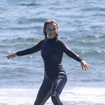 Reese na valovih v Malibuju. (foto: Foto: Backgrid/Backgrid Usa/Profimedia Backgrid/Backgrid Usa/Profimedia)