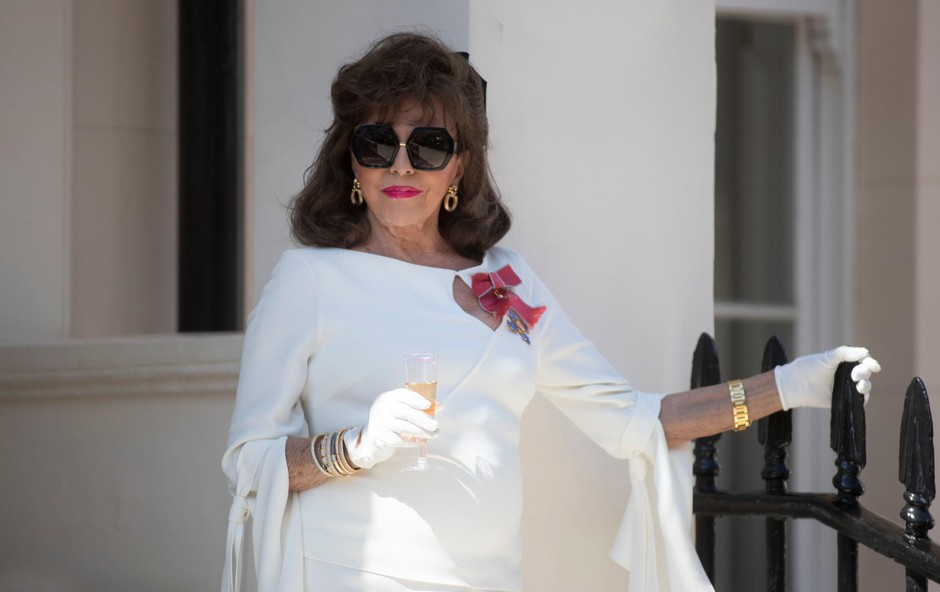 Joan Collins na svojem balkonu v Londonu. (foto: Foto: Rex/Shutterstock Editorial/Profimedia Rex/Shutterstock Editorial/Profimedia)