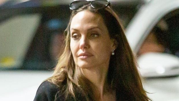 Angelina Jolie je morala zaradi pretirane suhosti poiskati strokovno pomoč (foto: Profimedia)