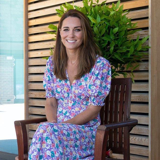 Kate Middleton zna nositi prav vse, a najraje jo vidimo v oblekah, saj jih nihče ne nosi tako dobro in …