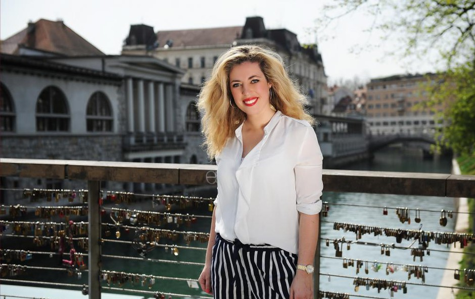Dopustniško razpoložena Ana Tavčar Pirkovič v sproščeni kombinaciji, ki ji nadvse lepo pristoji: Res je postavna! (foto: Arhiv)
