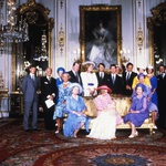 Krst princa Williama, 29. julija 1981. Na sliki: princesa Diana, kraljica mati (babica princa Charlesa), kraljica Elizabeta II, Dianin oče, grof Earl Spencer, Frances Shand Kydd (Dianina mama), princa Edward in Andrew (Charlesova brata), princesa Anne (Charlesova sestra), princ Philip, soprog kraljice Elizabete II. (foto: Foto: Profimedia)