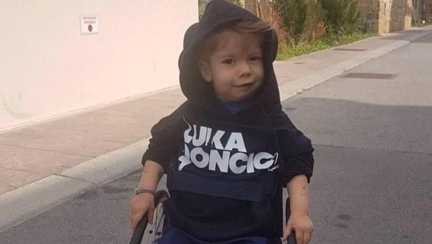 Se še spomnite malega Krisa, ki je bil hudo bolan? Tako je z njim danes (foto: Facebook)