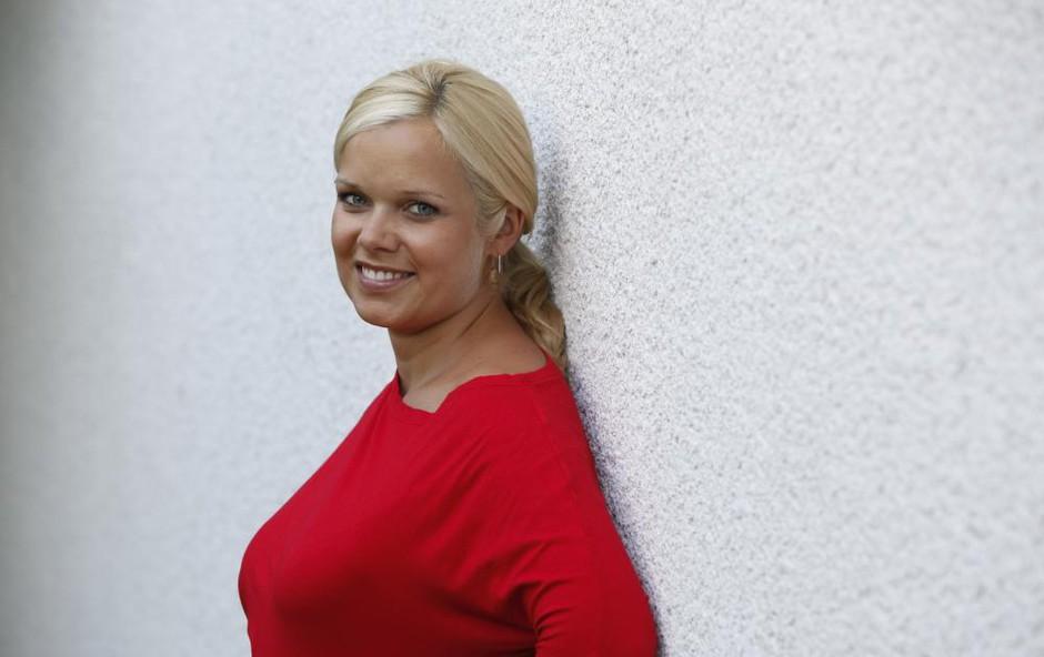 Špela Močnik očarala z obleko, ki ji pristoji kot ulita, v njej njena postava še bolj pride do izraza (foto: Helena Kermelj)