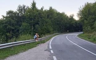 Revni deček na fotografiji iz BiH joče, ker so mu ukradli robidnice, ki jih prodaja na cesti