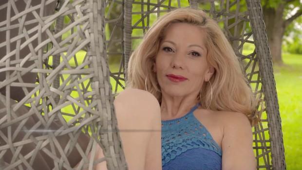 Jacqueline iz Ljubezni po domače ni več zaročena, zdaj se stiska v objem tega lepotca (foto: POP TV)