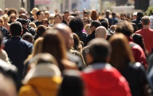 Covid-19 po svetu zahteval že več kot milijon življenj, polovico v ZDA, Braziliji in Indiji