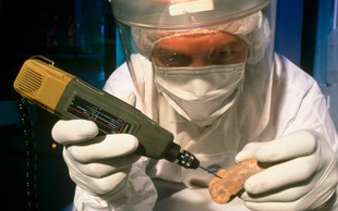 Od Neandertalcev podedovan del DNK povezan z večjim tveganjem za hudo obliko covida-19