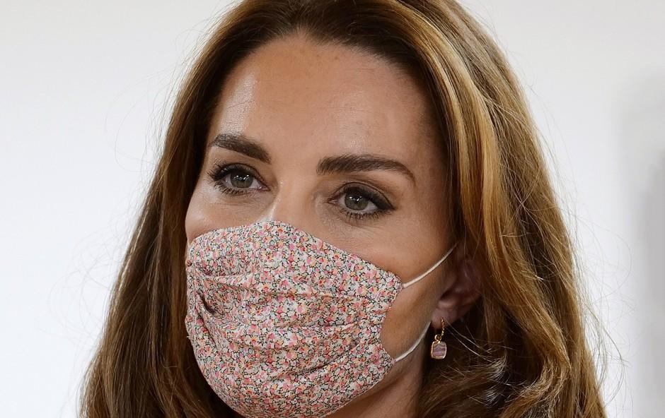 To je verjetno daleč najboljši trik, kako pod masko ohraniti ličila nedotaknjena (foto: Profimedia)