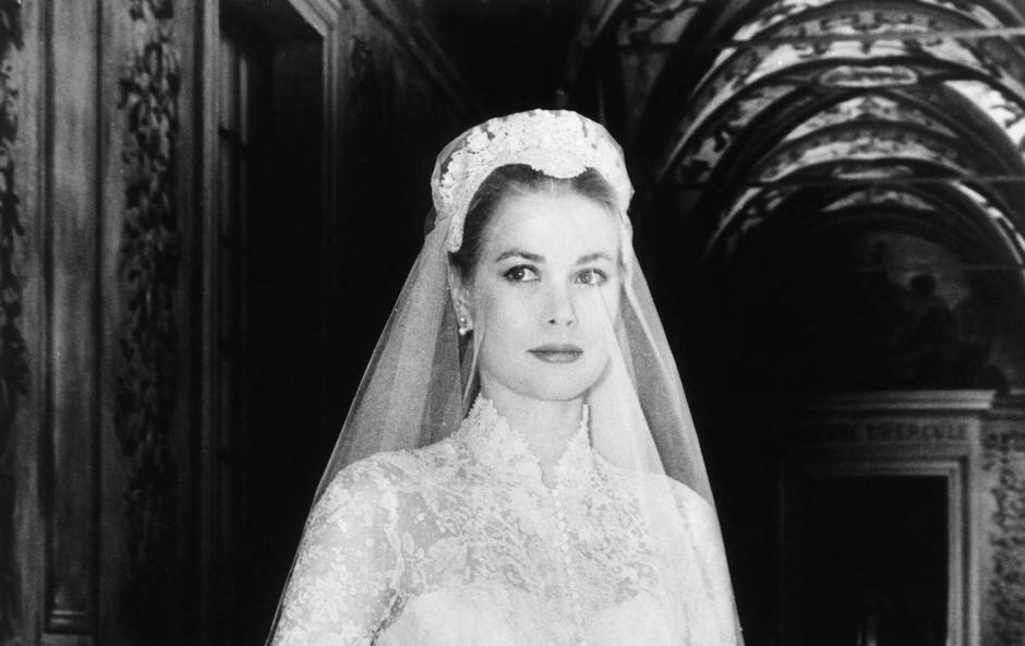 Grace Kelly v prekrasni poročni obleki, ki je bila darilo filmske družbe Metro-Goldwyn-Mayer svoji nekdanji igralki. Obleko je med drugim nekoliko kopirala tudi vojvodinja Kate. (foto: Foto: Profimedia)