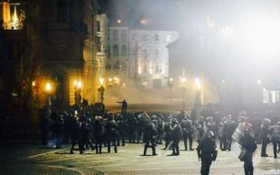 Policija na protestih pridržala deset ljudi, med ranjenimi tudi policisti in novinarji