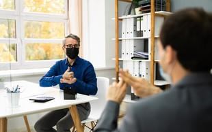 Obrazne maske gluhim in naglušnim preprečujejo branje z ustnic