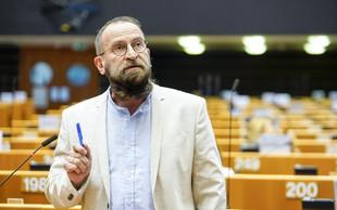 Evroposlanec Orbanovega Fidesza in velik nasprotnik LGBT+ pravic ujet med skupinskim seksom 25 moških