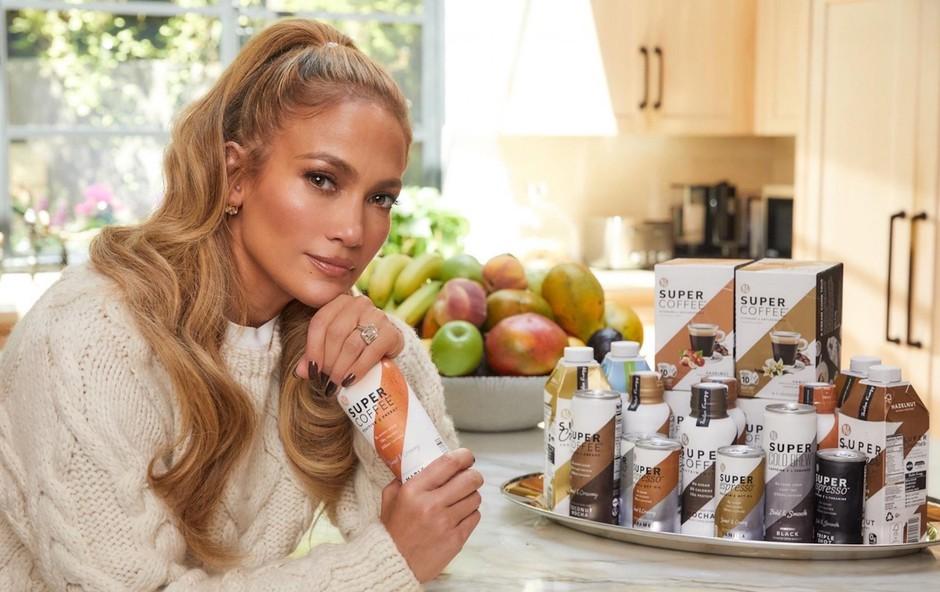 Jennifer Lopez<br /> Ima tudi podjetno žilico<br /> Ena najbolj priljubljenih pevk in igralk na svetu je zagotovo Jennifer Lopez (51), ki pa ima očitno tudi dober nos za posel. S svojim zaročencem Alexom Rodriguezom (45), nekdanjim zvezdnikom bejzbola, sta namreč postala solastnika podjetja za proizvodnjo kavnih napitkov brez sladkorja Kitu Life. To ameriško podjetje obstaja od leta 2016, par pa bo poskušal s svojim imidžem pri njegovi promociji. (foto: Foto: Profimedia)