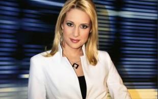 Voditeljici na nacionalni televiziji sredi poročil čez obleko sramežljivo kukale bradavičke