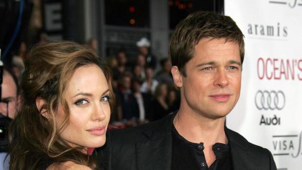 <strong>Angelina Jolie in Brad Pitt</strong><br /> Pisalo se je leto 2010, ko sta se Angelina in Brad še nasmejano potepala po svetu in obračala glave kot eden najlepših parov Hollywooda. Na valentinovo tistega leta se je Angelina odločila, da Bradu ne podari parfuma, Playstationa ali dvorca na Malibuju, ampak da bo ubrala malce bolj nekonvencionalno pot obdarovanja. Kupila mu je 200 let staro oljko, ki je bila potem zasajena na vrtu njunega francoskega dvorca Miraval. Oljka simbolizira mir in dolgotrajnost, Jolie pa jo je kupila od negovalne drevesnice na jugu Francije za bajnih 20.000 dolarjev (okoli 16.500 evrov). (foto: Foto: Juan Lobas)
