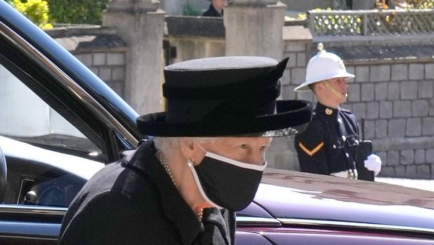 Pogreb princa Philipa: Na ulicah britanskih mest so se ljudje ustavili in se sklonjenih glav poklonili princu (foto: Profimedia)