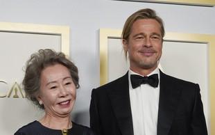 Brad Pitt s svojo frizuro na oskarjih sprožil burno debato na Twitterju