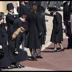 Kraljica Elizabeta II. se je pripeljala v svojem bentleyju, ki ga je dobila ob 50. obletnici kronanja. (foto: Foto: Profimedia Profimedia)