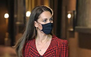 """Zdi se, da je le prišla malce """"k sebi"""": vojvodinja Kate ni več tako bolestno suha, kar razkriva ta modna kombinacija"""