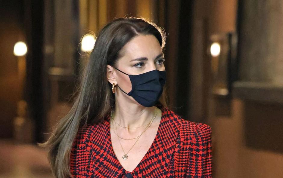 """Zdi se, da je le prišla malce """"k sebi"""": vojvodinja Kate ni več tako bolestno suha, kar razkriva ta modna kombinacija (foto: Profimedia)"""