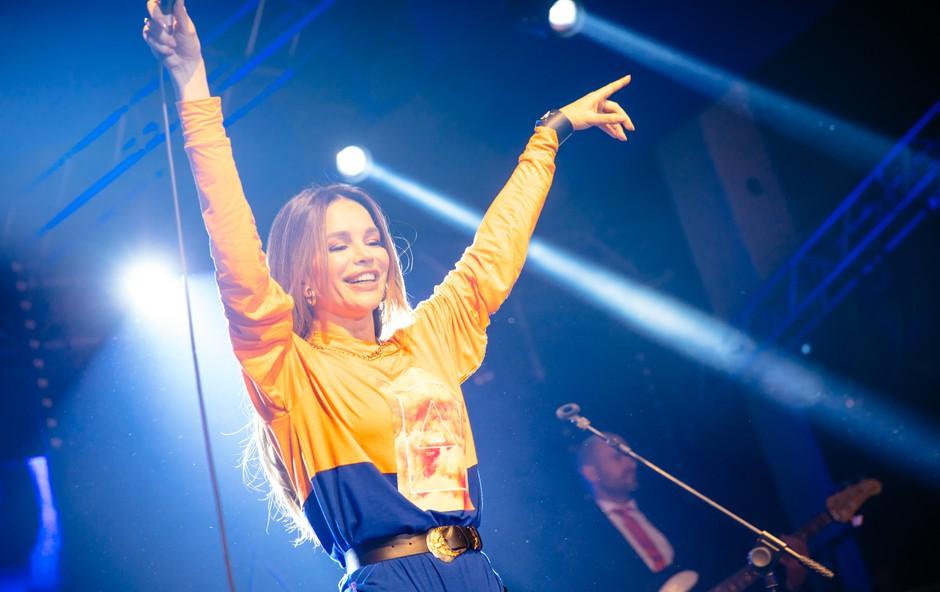 Uf, Severina je v tej obleki krepko dvigovala pritisk, obline so še kako prišle do izraza (foto: mediaspeed.net)