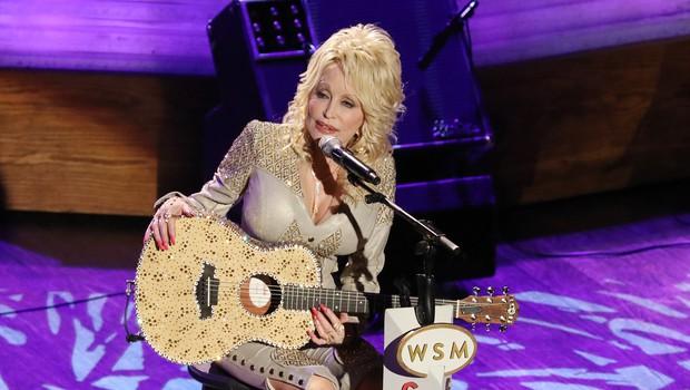 75-letna Dolly Parton mirno priznava, da je navdih za kreiranje svojega videza našla pri lokalni lahkoživki (foto: Profimedia)