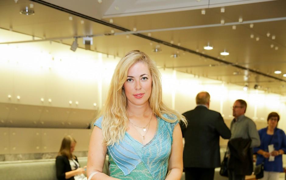 Ana Tavčar Pirkovič dvigovala pritisk v čudoviti obleki z globokim dekoltejem, neverjetna je (foto: mediaspeed.net)