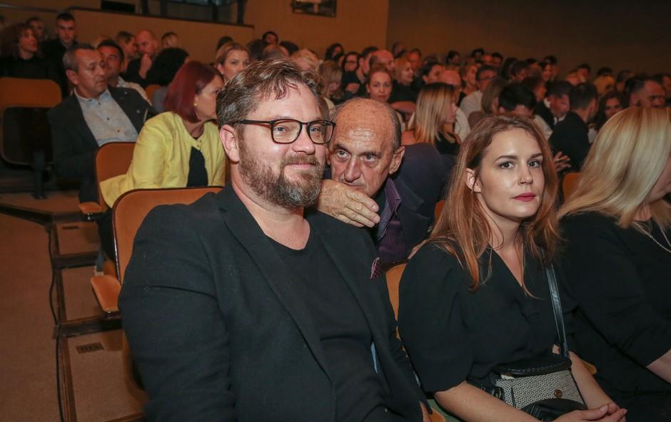 Srčna izbranka Jurija Zrneca je s tem prizorom osvojila oboževalce, tudi v taki opravi je nadvse lepa (foto: mediaspeed.net)
