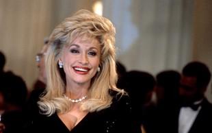 Na, ta pa je dobra! 75-letna pevka Dolly Parton v kostumu Playboyeve zajčice presenetila svojega soproga, leta so zanjo res samo številka!