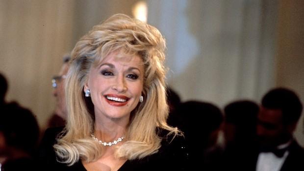 Na, ta pa je dobra! 75-letna pevka Dolly Parton v kostumu Playboyeve zajčice presenetila svojega soproga, leta so zanjo res samo številka! (foto: Profimedia)
