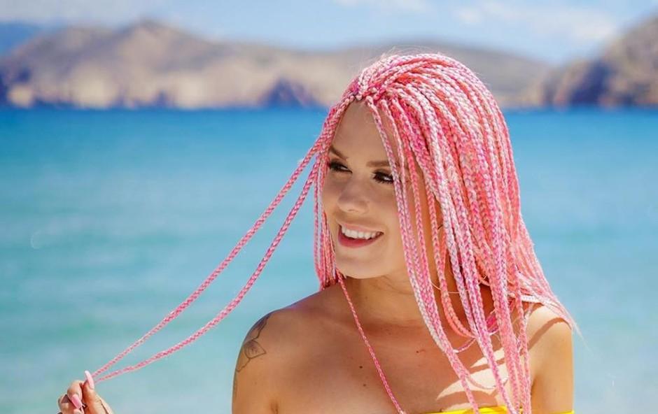 Nika Zorjan na plaži kar zgoraj brez, njene obline so sanjske (foto: NEO visuals)