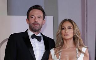 Uf, to pa je dekolte! Jennifer Lopez je s to kreacijo res presegla samo sebe, taka se je sprehodila po Benetkah