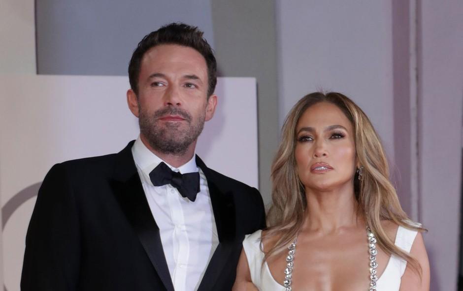 Uf, to pa je dekolte! Jennifer Lopez je s to kreacijo res presegla samo sebe, taka se je sprehodila po Benetkah (foto: Profimedia)