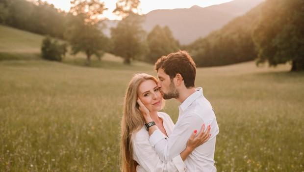 """""""V koroni sem zelo pogrešala fizični stik, ker se rada objamem, stisnem roko, dam poljubček in se dotikam."""" (foto: Foto: Ana Ravnak Majcen)"""