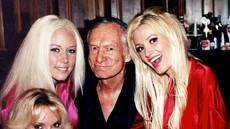 Bivša Playboyeva zajčica trdi, da jo je obiskal duh Hugha Hefnerja